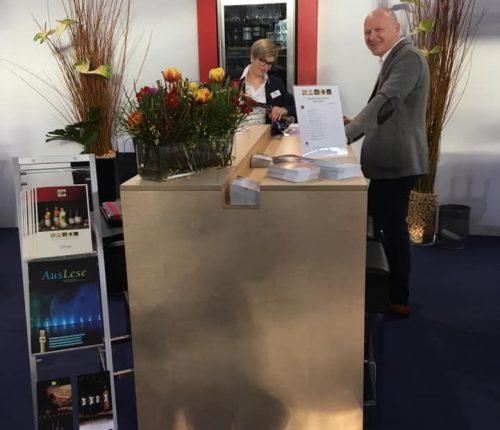 Mitarbeiter der Genossenschaftskellerei Heilbronn am Gemeinschaftsstand der Weinheimat Württemberg auf der Intergastra 2020