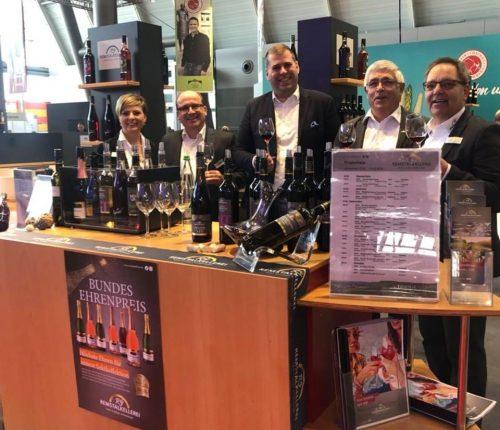 Mitarbeiter der Remstalkellerei am Gemeinschaftsstand der Weinheimat Württemberg auf der Intergastra 2020