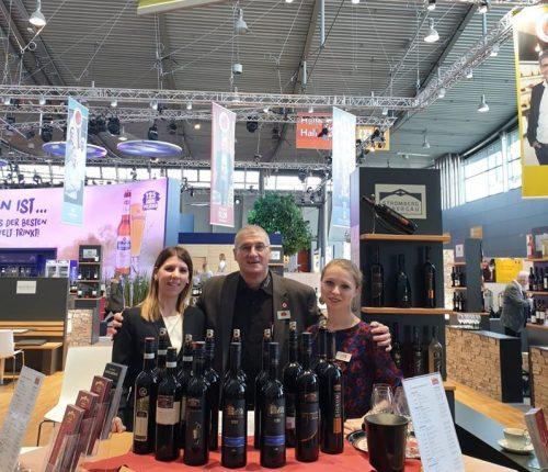 Mitarbeiter der Weingärtner Stromberg-Zabergäu am Gemeinschaftsstand der Weinheimat Württemberg auf der Intergastra 2020