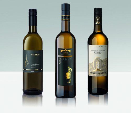 Drei Kerner Weinflaschen vor grauem Hintergrund