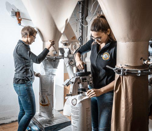 Die Schwestern Michaela und Ann-Catrin Frech in der Lichtensteinmühle