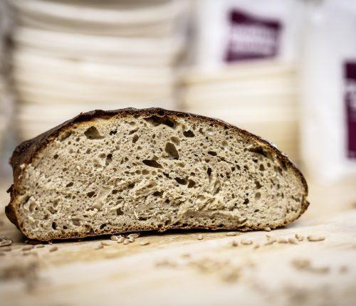 Regionale Backwaren liegen im Trend. Man sieht eine Hälfte Brot.