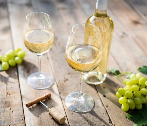 Ausgezeichnete Sommerweine aus Württemberg. Man sieht zwei Gläser Weißwein