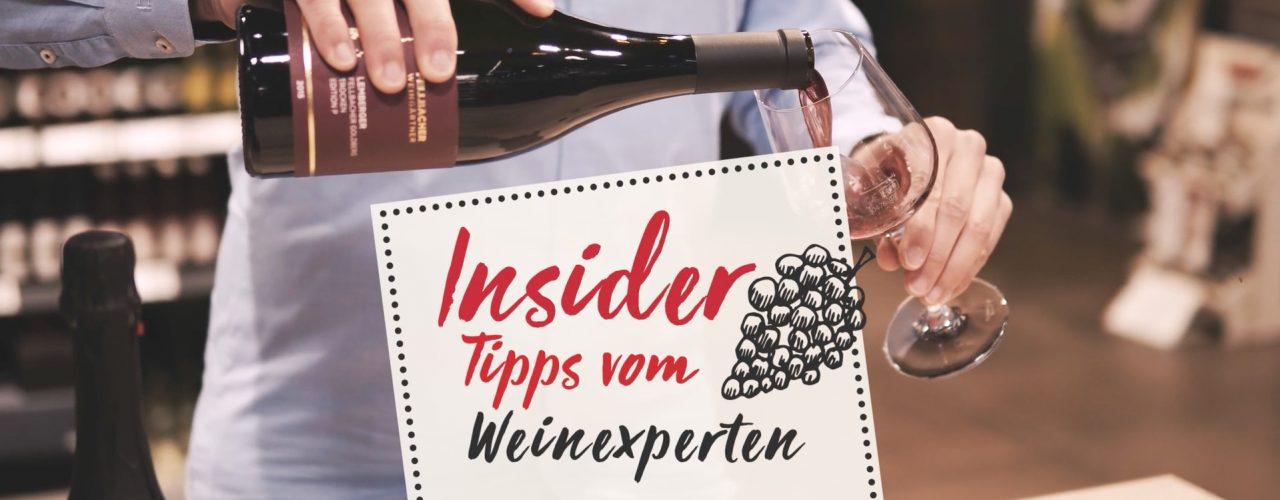 Rotwein wird von einer Weinflasche der Fellbacher Weingärtner in ein Rotweinglas geschenkt. Man sieht einen Schriftzug mit den Worten Insider Tipps vom Weinexperten