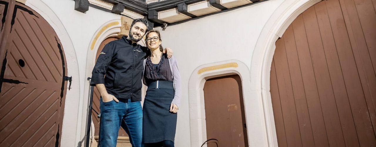 Luisa Rohner und Emre Demiryüleyen vor dem Landhaus Engelberg