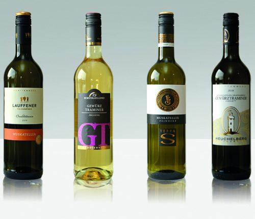 Flaschenreihen von Muskateller und Gewürztraminer