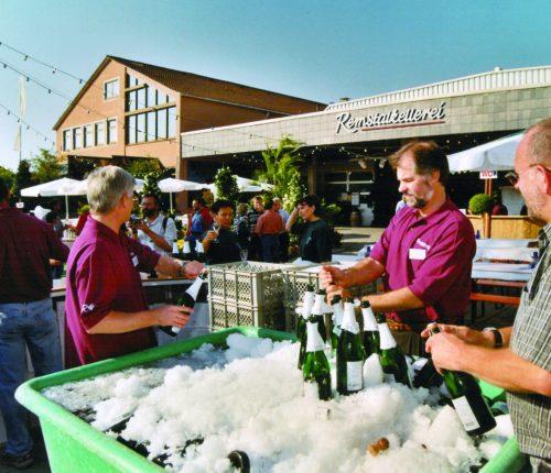 Weingärtner bei einem Fest vor der Remstalkellerei