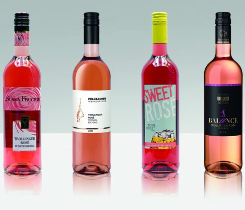 Vier Trollinger Rosé Flaschen vor grauem Hintergrund