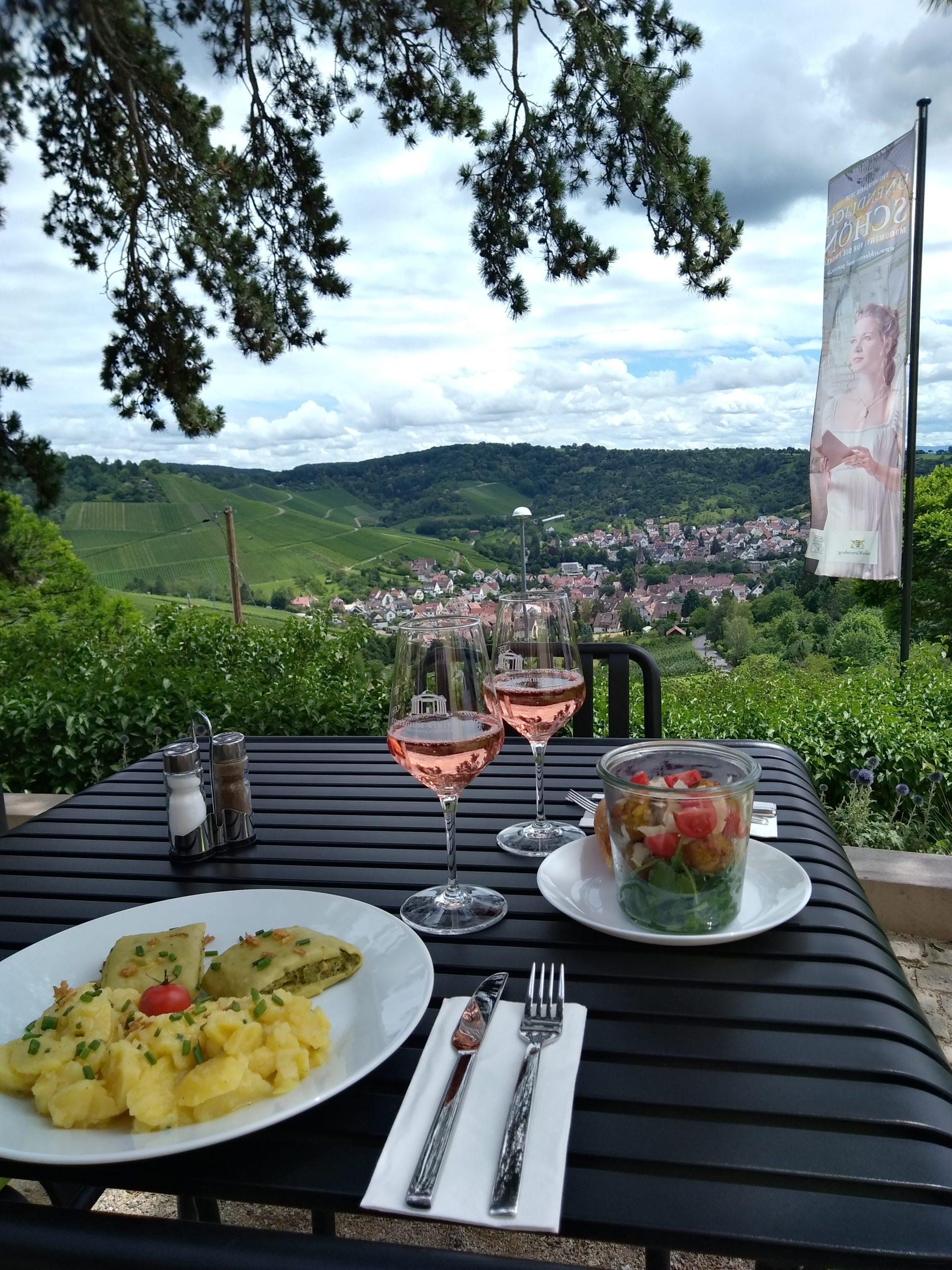 Man sieht den herrlichen ausblick auf Stuttgart, vom Württemberg aus, im Vordergrund Maultaschen mit Kartoffelsalat