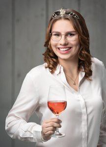 Württemberger Weinkönigin Tamara Elbl mit einem Glas Rosé