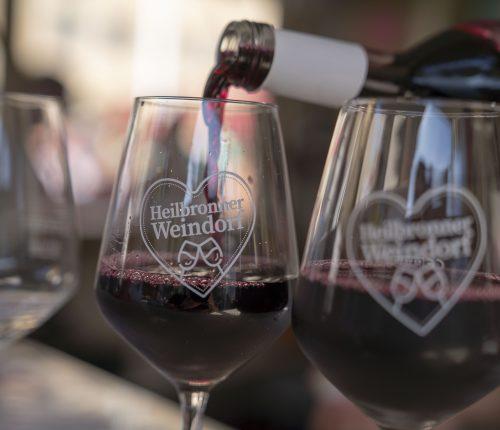 Man sieht, wie Rotwein in Gläser eingeschenkt wird auf dem Heilbronner Weindorf