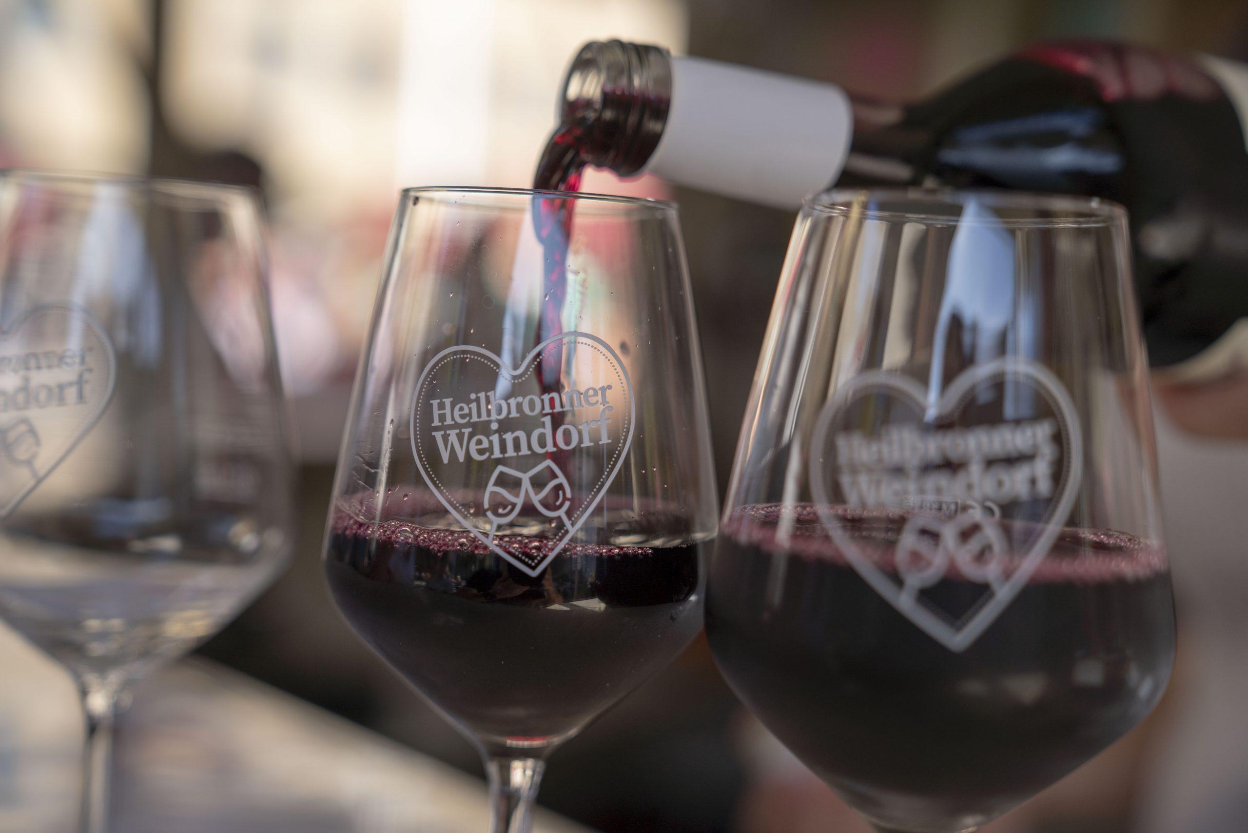 Man sieht, wie Rotwein in Gläser eingeschenkt wird