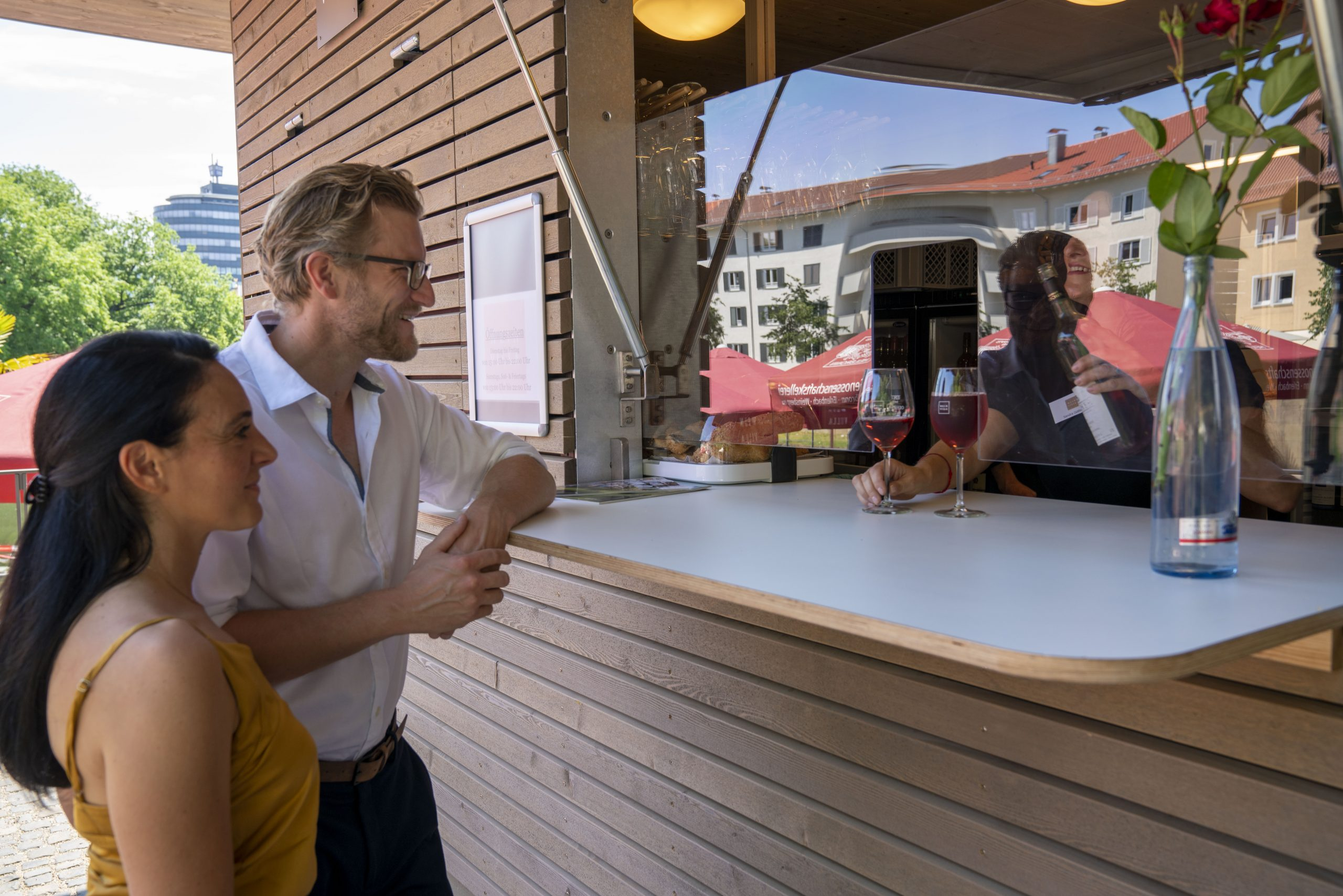 Ein Paar am Bestell-Tresen des Weinpavillons an der Neckarbühne