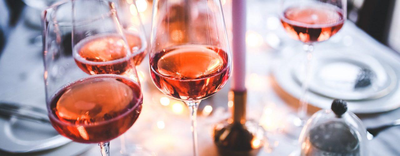 Online Verkostungen im Juli |Man sieht gefüllte Weingläser auf einem gedeckten Tisch