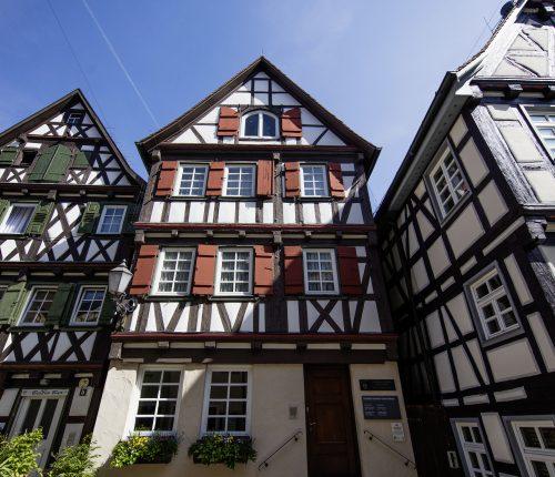 Fachwerkhäuser in Schorndorf von unten fotografiert