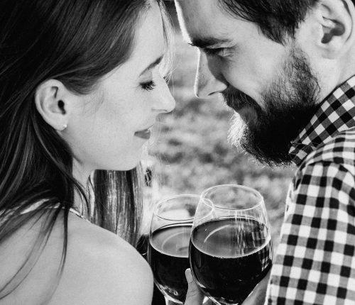 Paar trinkt Wein auf einem Date