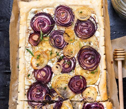 vegetarischer Flammkuchen mit roten Zwiebeln und Schafskäse