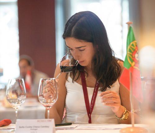 Mundus Vini: Man sieht ein Jurymitglied bei der Verkostung eines Rotweines