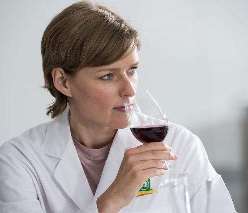 Weinverkostung bei der DLG, Prüferin verkostet Wein