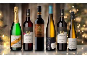 Online Weinproben: Lauffener Weingärtner. Sechs Flaschen vor festlichem Hintergrund