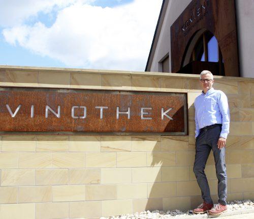 Mirko Semmler-Lins vor der Vinothek des Weinkonvent Dürrenzimmern