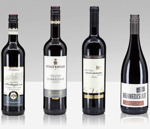 Vier Weinflaschen vor grauem Hintergrund