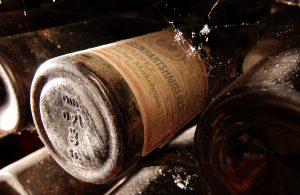 Alte Weinflasche im Keller gelagert