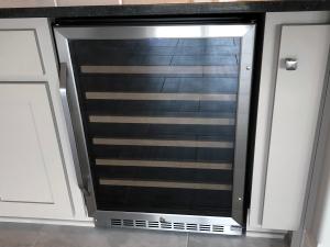 Kleiner Weinkühlschrank eingebaut in einer Küche