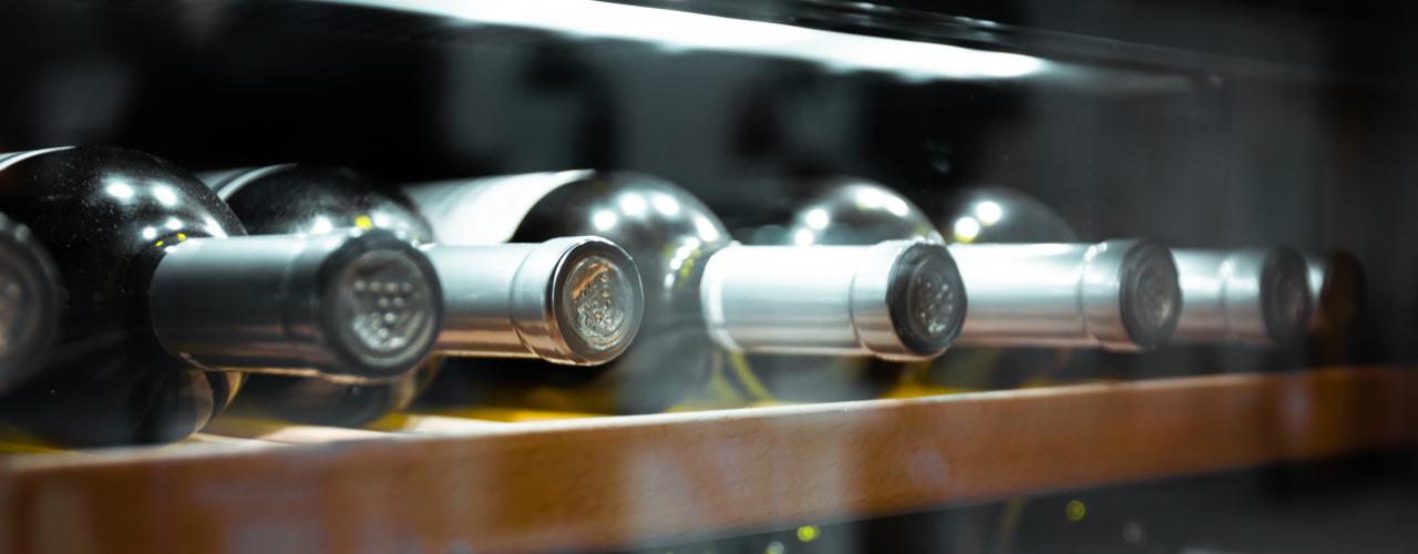 Weinkühlschrank mit mehreren Weinflaschen