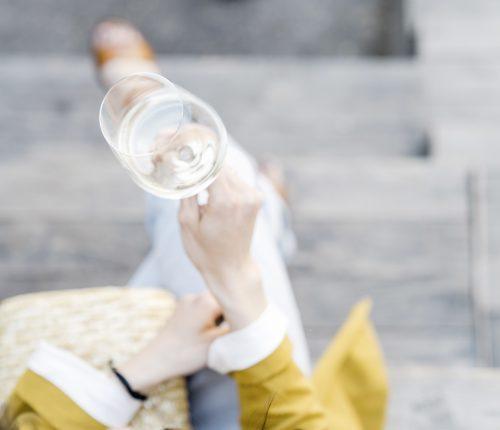 Aromatische Bouquet Sorten. Frau hält ein Weißweinglas in der Hand