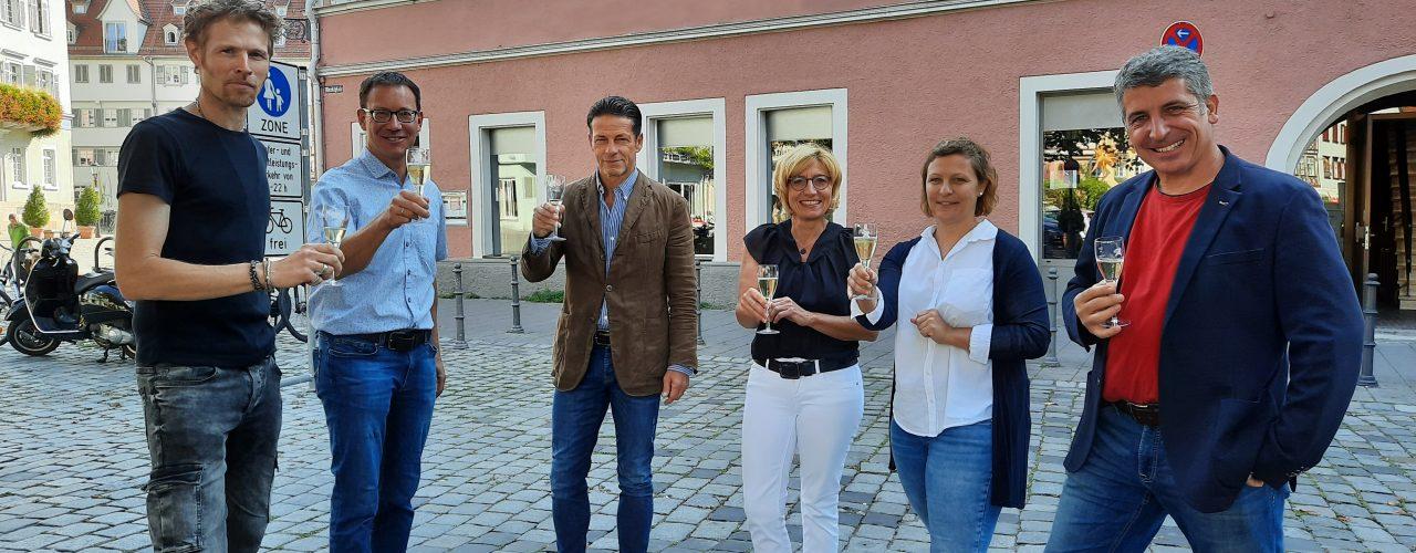 Vorstand und Geschäftsführung der Weingärtner Esslingen zusammen mit den Beschäftigten der neuen Vinothek