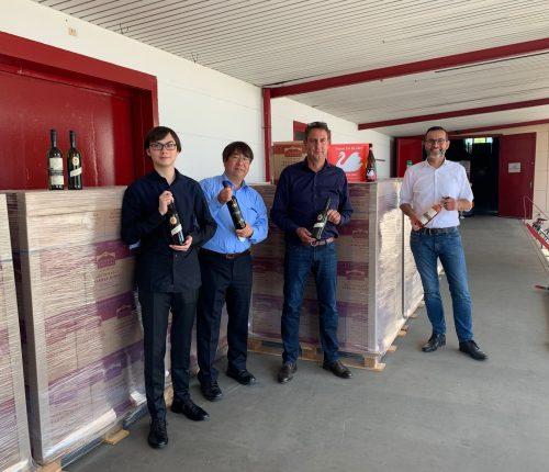 Ryo Shiga, Tomo Shiga, Bernd Kost und Jürgen Conz vor den versandfertigen Paletten der Weingärtner Stromberg-Zabergäu