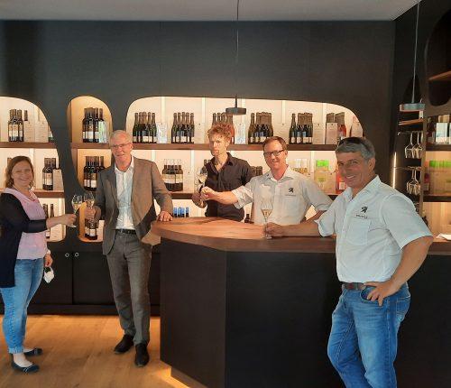 Ramona Fischer, Esslingens Oberbürgermeister Zieger, Architekt Martin Gaysert, Andreas Rapp und Achim Jahn bei der Eröffnung der Vinothek.