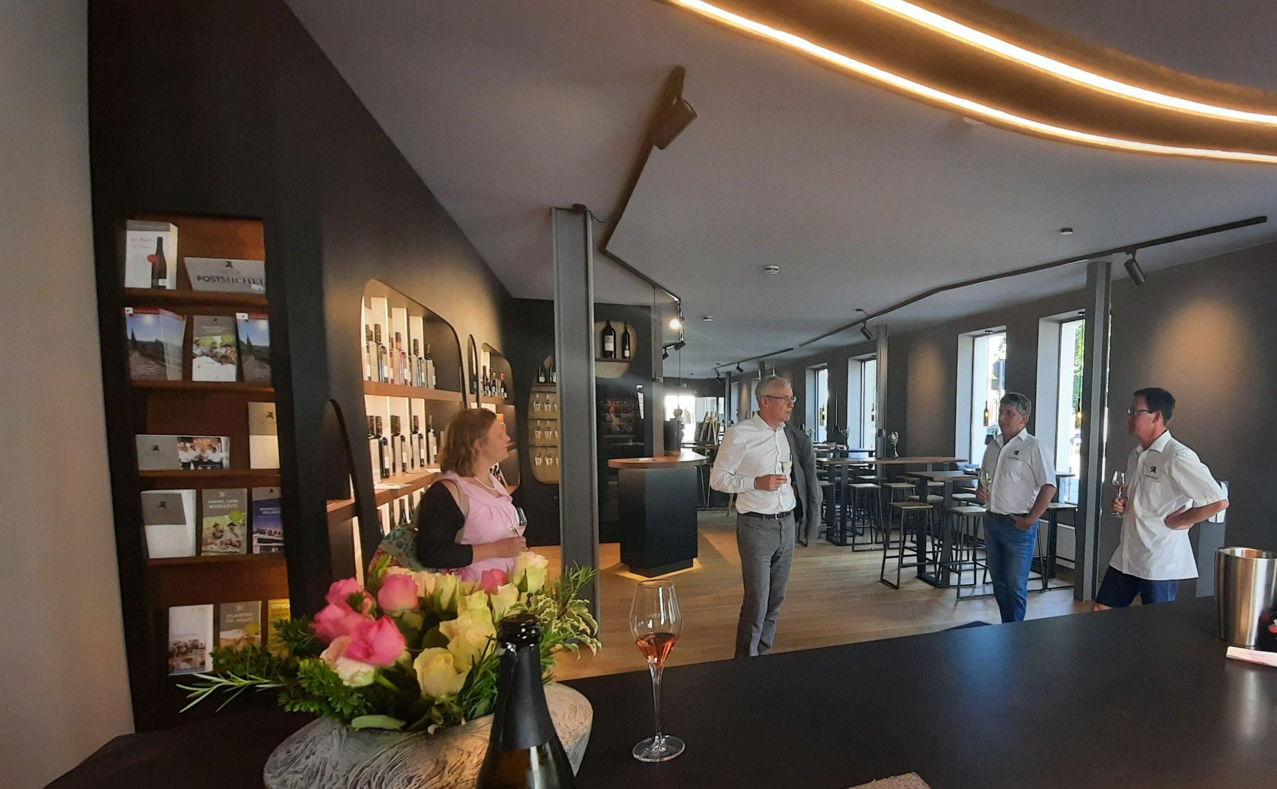 Der Innenraum der neuen Vinothek am Markt der Weingaertner Esslingen