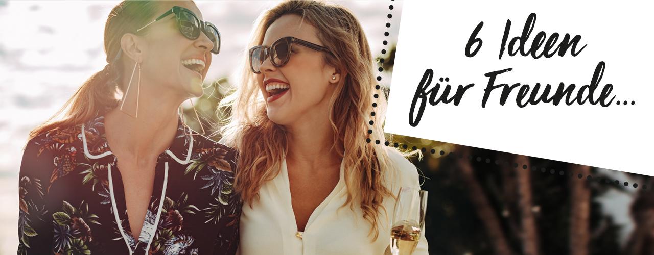 6 Ideen für den Tag der Freundschaft: Zwei Freundinnen stoßen mit Sekt an