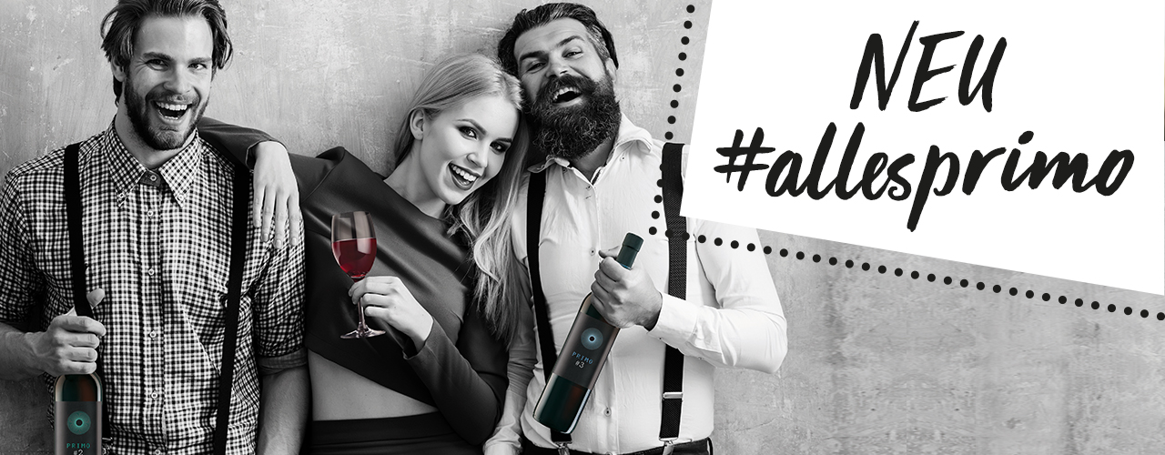 #allesPRIMO: Zwei Neue Weinsorten. Menschen lehnen an einer Wand und lachen. Weinflaschen in der Hand