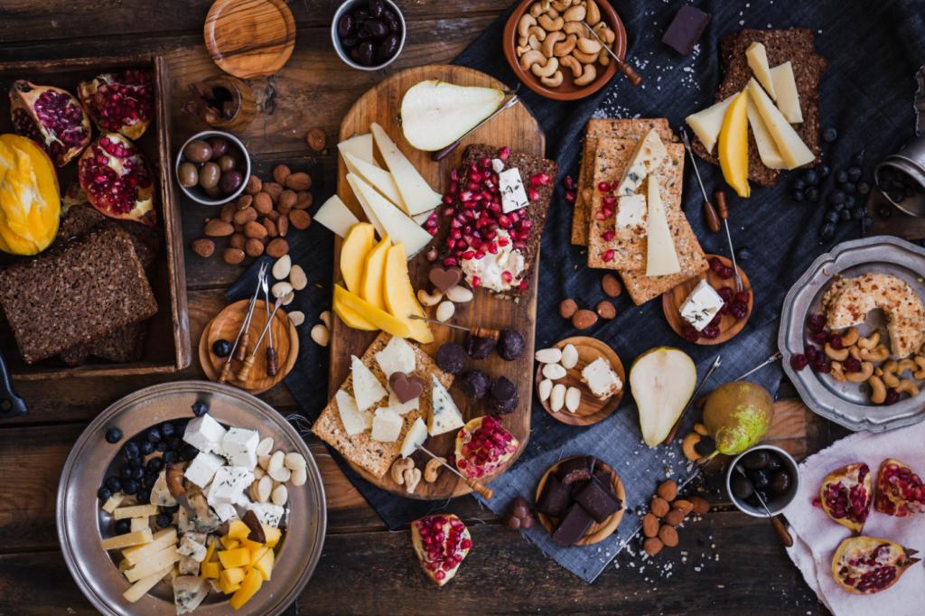 Ideen zum Tag der Freundschaft: Foodboard. Essen auf einem Tisch ausgebreitet