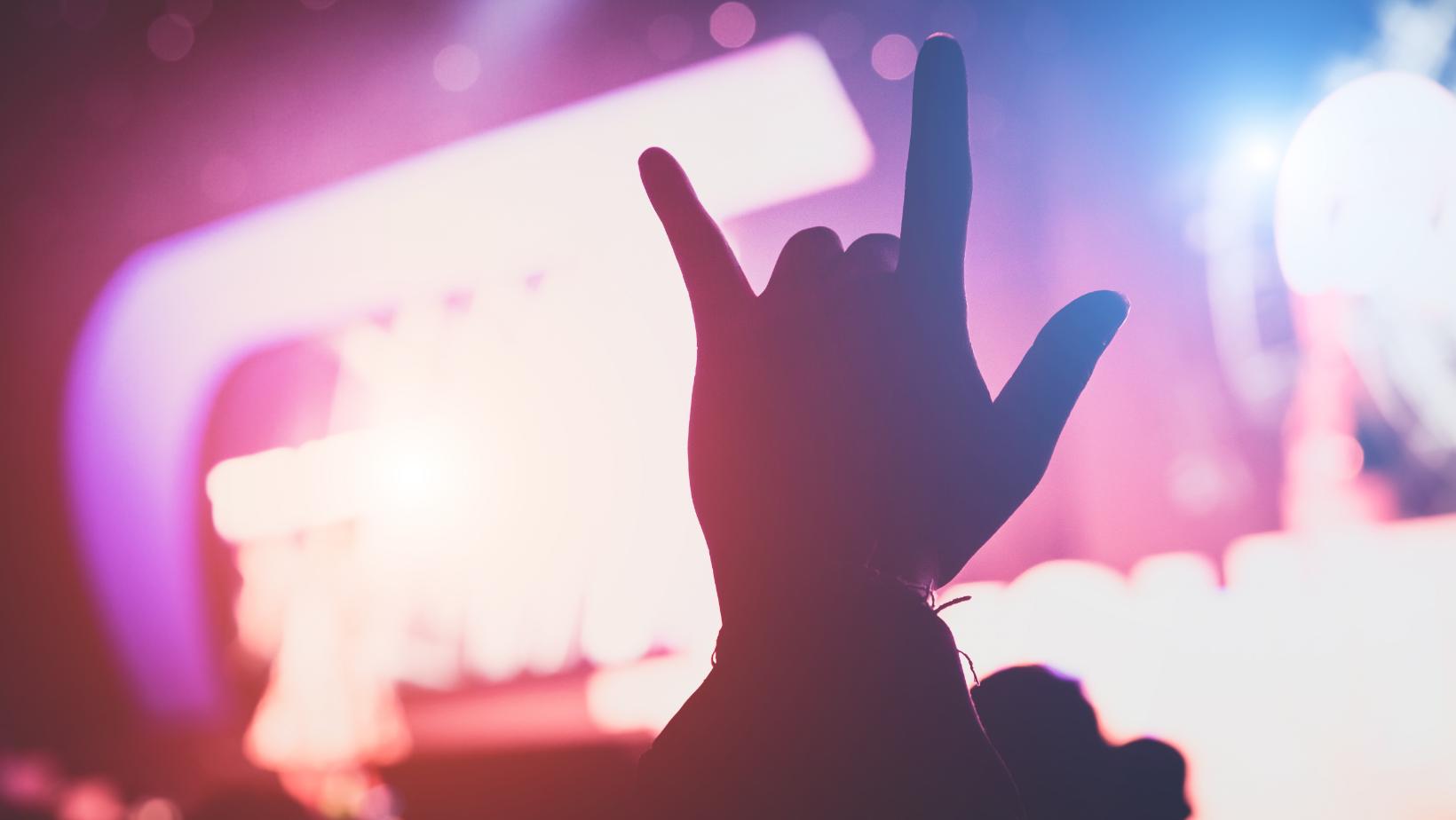 Hand in Licht bei Konzert