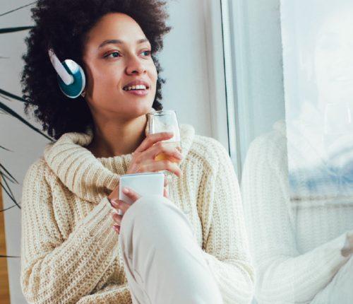 Frau hört Podcast