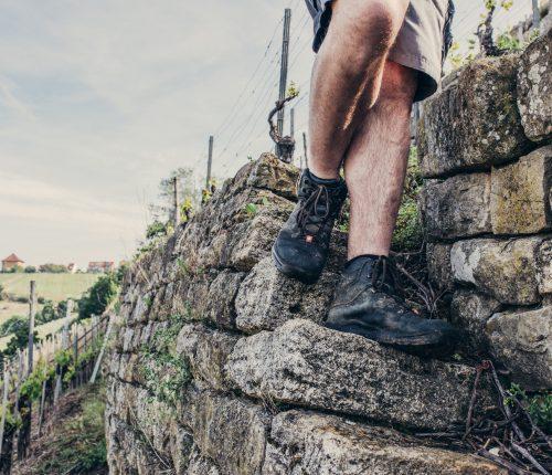 Mann läuft die Stäffele der Weinmanufaktur Untertürkheim runter, man sieht die Füße