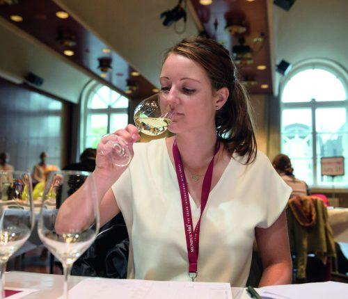 Mundus Vini: Junge Frau verkostet Wein